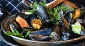 A bowl of cooked mussles